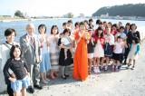 還暦コンサートを企画した石巻市民と北上川のほとりで復興を誓うクミコ