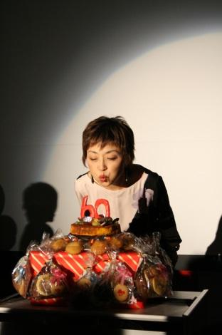 サプライズの還暦ケーキのロウソクを吹き消すクミコ(還暦コンサートで)