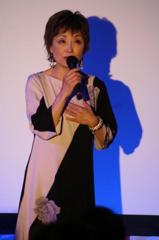 石巻市民主催の還暦コンサートで熱唱するクミコ