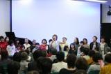 石巻市民主催の還暦コンサートで200名と熱唱するクミコ
