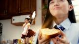 「撮影中にもいっぱい食べちゃいました!」というチャーミングな橋本環奈(雪印メグミルク『ネオソフト コクのあるバター風味』新CMより)