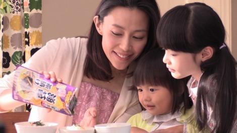 丸美屋『家族のお茶漬け』シリーズ新CMメイキング(左から)木村佳乃、古川凛ちゃん、豊嶋花ちゃん