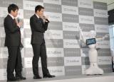 ソフトバンクモバイル新商品PRイベントに出席した(左から)井上裕介、尾上松也、Pepper (C)ORICON NewS inc.
