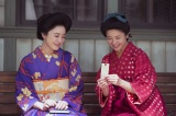 女学生時代…蓮子(左:仲間由紀恵)としおりに名前を記入するはな (C)NHK