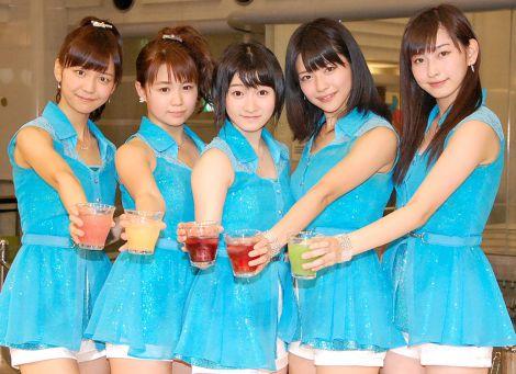 それぞれのカラーの特製ジュースで乾杯したJuice=Juice(左から)宮崎由加、高木紗友希、宮本佳林、金澤朋子、植村あかり=5thシングル「背伸び/伊達じゃないよ うちの人生は」発売記念イベント (C)ORICON NewS inc.