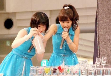 宮本佳林(左)と宮崎由加はフレアパフォーマンスをお手伝い=5thシングル「背伸び/伊達じゃないよ うちの人生は」発売記念イベント (C)ORICON NewS inc.