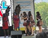 『グローバルフェスタJAPAN2014』でマサイ族に興味津々のAKBメンバー (C)ORICON NewS inc.
