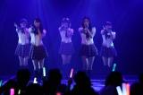 W松井ら1期生はデビューシングル「強き者よ」(2009年8月)を熱唱(C)AKS