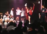 柔軟女王・須田亜香里は跳び箱前にY字バランスのパフォーマンス(C)AKS
