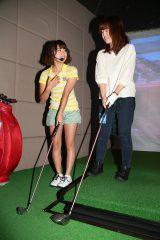 SUNSHINE SAKAE 5階のGOLUXEでは山内鈴蘭(左)がゴルフレッスン(C)AKS