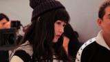 真剣な表情でモニターを見つめるまゆゆ=渡辺麻友が出演する『Avail』新CMメイキングカット