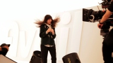 風に吹かれるまゆゆ=渡辺麻友が出演する『Avail』新CMメイキングカット