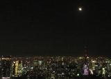 東京タワーの上空でかけていく満月 (C)ORICON NewS inc.
