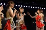 チームAのメンバーに囲まれる川栄李奈 (C)AKS