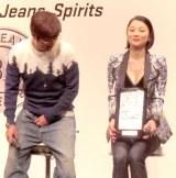 さまぁ〜ず・大竹一樹にバストを覗き込まれる小池栄子=『ベストジーニスト2014』授賞式 (C)ORICON NewS inc.