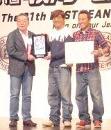 『ベストジーニスト2014』を受賞したさまぁ〜ず(中央から左に)大竹一樹、三村マサカズ (C)ORICON NewS inc.