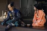 落ち込む長政を励ます糸(C)NHK