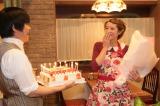 関西テレビ・フジテレビ系ドラマ『素敵な選TAXI』のキャスト・スタッフから20歳の誕生日を祝福され、驚く清野菜名。ケーキを持ってきたのはバカリズム(C)関西テレビ
