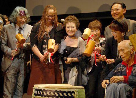 歌手活動50周年記念パーティーを行った加藤登紀子(写真中央) (C)ORICON NewS inc.