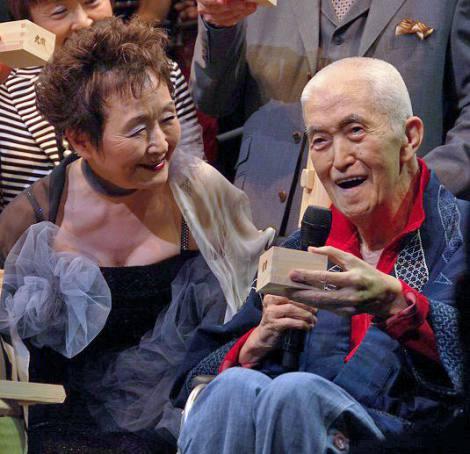 加藤登紀子(左)の歌手活動50周年記念パーティーに駆けつけた永六輔 (C)ORICON NewS inc.