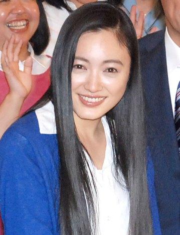 サムネイル 結婚祝福の声に笑顔をみせた仲間由紀恵 (C)ORICON NewS inc.