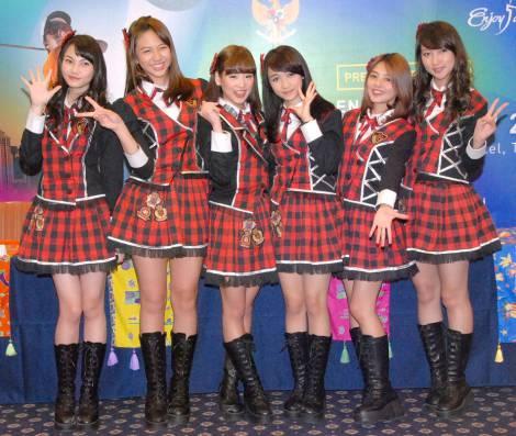"""『JKT48""""Enjoy Jakarta大使""""任命に関する記者会見』に出席したJKT48(左から)アンデラ・ユウォノ、ジェシカ・ファニア、仲川遥香、アヤナ・シャハブ、シャニア・ジュニアナタ、タリア (C)ORICON NewS inc."""