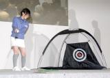 スイングに挑戦する生駒里奈=『アイラブル★ゴルフ with 乃木坂46』 (C)ORICON NewS inc.
