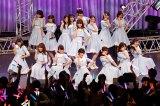 AKB48・小嶋陽菜(中央)率いる「こじ坂46」が初お披露目 (C)AKS