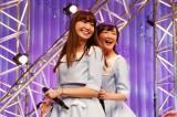 こじ坂46(左から)小嶋陽菜&総監督の生駒里奈 (C)AKS
