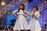 新曲「風の螺旋」を披露した「こじ坂46」(写真は左から:小嶋陽菜、生駒里奈) (C)AKS