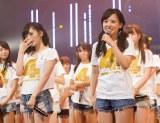 NMB48からの卒業を発表した山田菜々と涙ながらに見守るメンバー (C)NMB48