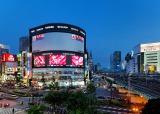 東京・西武新宿駅前の「ヤマダ電機・LABI新宿東口館」に設置された大型LEDビジョン「ユニカビジョン」