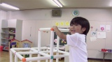 """""""あらゆる物を貫通する能力""""でジャングルジムを通り抜ける幼稚園児TAKUYA。無邪気に遊ぶ姿がかわいい"""