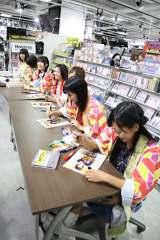 掲載された雑誌にデ☆ビューにサインをしてファンに直接手渡し(C)De-View