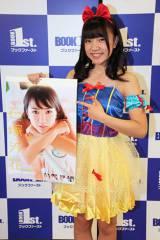 アイドルカレッジの人気メンバー・石塚汐花。初めてのカレンダーを発売。ハロウィンシーズンと言うことで、白雪姫のコスプレで登場(C)De-View