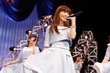 乃木坂公演に乗り込み、こじ坂46のオリジナル曲「風の螺旋」を初披露したAKB48の小嶋陽菜(C)AKS