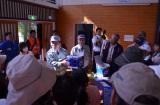 宮崎県日向市大王谷小学校で行われた津波からの避難訓練で「マグネシウム空気電池」のデモンストレーションを行っている古河電池の小野取締役、熊谷企画部長