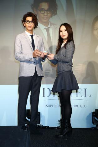 女性の意識する部分を明かした三浦翔平(左)=女性用化粧品『DECIEL』新商品発表会