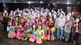 アリスプロジェクト常設劇場P.A.R.M.Sでライブを行った仮面女子&スギちゃん(中央) (C)ORICON NewS inc.