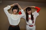 番組MC・梅澤亜季(左)とニョッキポーズをする多田愛佳(右) (C)ORICON NewS inc.