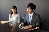 点字電子手帳を手に法廷に臨む健介(松坂桃李)とアシスタントの美智代(戸田恵子)(C)TBS