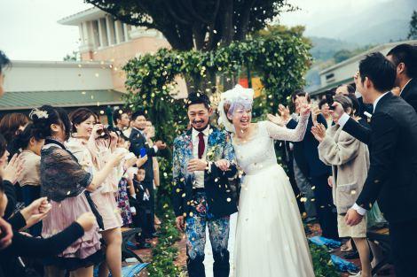 """サムネイル 豊かな緑の中、たくさんの祝福を受けながら""""アウトレット結婚式""""を行なった水島さん夫妻"""