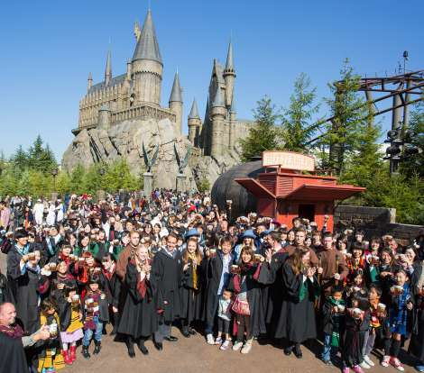 バタービール100万杯到達を祝う様子 /画像提供:ユニバーサル・スタジオ・ジャパン The Wizarding World of Harry Potter(TM)Butterbeer(TM) and beverage TM & (C) Warner Bros. Entertainment Inc. Harry Potter Publishing Rights (C) JKR. (s14)