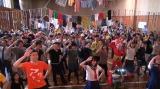 100人の仮装した参加者と「SUNRISE」を踊るまなこ (C)ORICON NewS inc.
