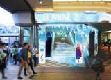 ルミネのクリスマスは『アナと雪の女王』がテーマ。「ルミネ新宿」では、劇中、エルサが「Let It Go」を歌いながら氷で作られた階段を駆け上がっていく場面をイメージした、階段とエスカレーターが登場(C)Disney