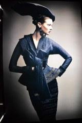 展覧会「ディオールの世界」帯をイメージしたドレス (C)oricon ME inc.