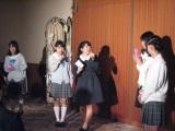 ステージ終盤では、同期メンバーで実妹の清水花梨(左から二人目)のほか、後輩メンバーも応援にかけつけた。(C)De-View