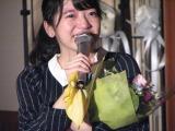 OGメンバーの片平妃奈子から花束を贈られ、涙ぐむ小川。(C)De-View