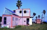 マグネシウム空気電池と太陽光発電ですべての電力を賄っている『マグネシウム燃料電池ハウス』の外観
