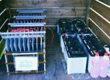 『マグネシウム燃料電池ハウス』に設置されているマグネシウム空気電池と鉛蓄電池
